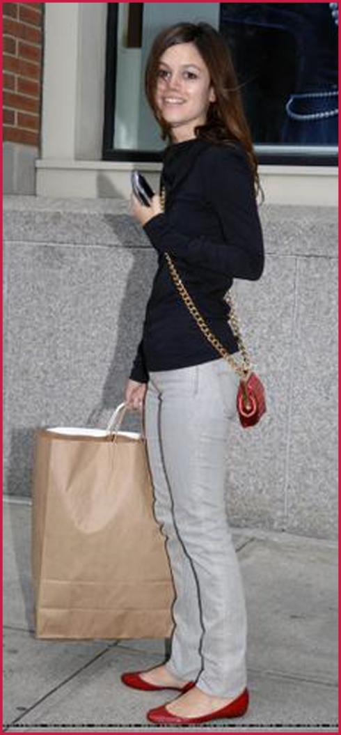 """Rachel Bilson no mlehro estilo:""""Fiz compras e apostei no básico"""". Acho q. deu certo! Olhem a carinha dela de feliz = )"""
